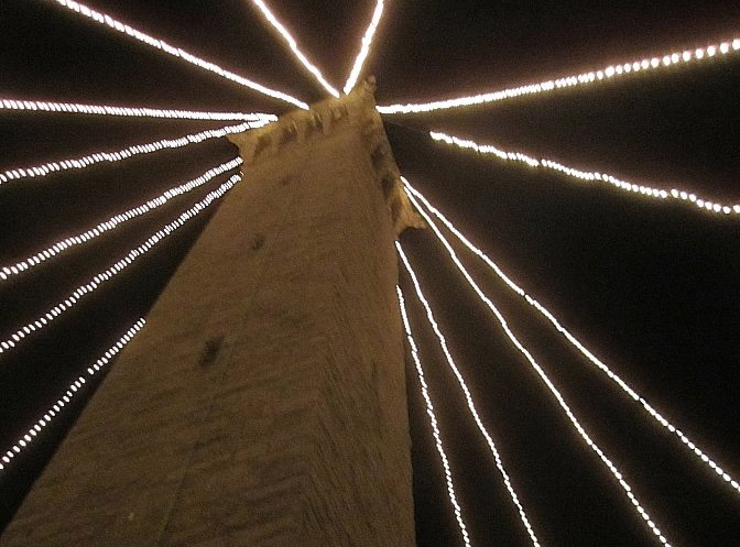 momument_lighting_2012_crop